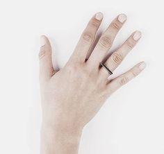 Minimalistischer silberner Ring mit zartem Balken. Hier entdecken und shoppen: http://sturbock.me/S5I