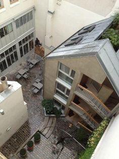 Le bar de l'hôtel Jules et Jim dans le Marais à Paris réussit le tour de force d'être en même temps calme, branché et  fun ! L'accueil y est vraiment agréable et les fumeurs jouissent d'une cheminée sur cour ! Un paradis