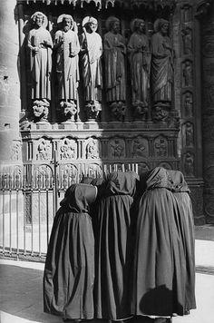 Paris, 1953. Devant Notre-Dame, ces religieuses ne regardent pas les saints…