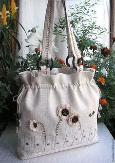 I like the way the handle tabs are on the inside of the purse. Quilted Tote Bags, Denim Tote Bags, Patchwork Bags, Reusable Tote Bags, Tote Purse, Creative Bag, Potli Bags, Bag Patterns To Sew, Patchwork Patterns