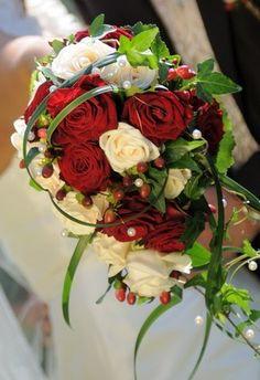 Brautstrauß in Wasserfall-Form: rote und weße Rosen                                                                                                                                                                                 Mehr