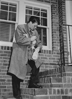 Frank Sinatra at his doorstep in Hoboken, NJ © Peter Martin Young Frank Sinatra, Frank Sinatra Quotes, Old Hollywood Stars, Classic Hollywood, Hollywood Icons, Joey Bishop, Sammy Davis Jr, Vintage Art Prints, Dean Martin