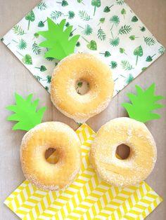 """☆Trakteren☆ Ananas Donuts. Maak """"blaadjes"""" van groen papier en steek in de donuts ☆Confetti & Balloons☆ Donuts, School Decorations, Doughnut, Pineapple, Peach, Treats, Candy, Confetti, Nova"""