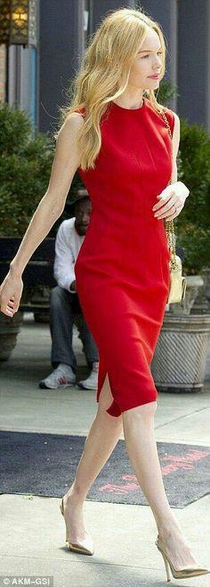 Один цвет в одежде,  плюс золотой в аксессуарах,  сумка и туфли.  Распущенные волосы женственный,  как и силуэт платья