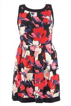 Une jolie robe grande taille, fleurie et élégante (jusqu'en taille 62) vue chez Yours Clothing