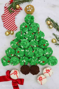 With this step-by-step tutorial youll be making this Christmas Cake in no time. Bring this festive Christmas Tree Pull Apart Cupcake Cake to your next holiday party and just wait for the look on your friends faces when they see your creation! Christmas Tree Cupcake Cake, Best Christmas Desserts, Cupcake Tree, Christmas Baking, Christmas Themes, Christmas Fun, Christmas Cookies, Cupcake Cakes, Holiday Cakes