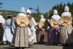 arlésiennes costumes traditionnel folklorique de provence reine d'arles