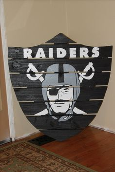 Raiders,,,wish I had a saw and a pallet and electricity and some silver and black paint and was talented, I'd make this Raiders Stuff, Raiders Girl, Architecture Tattoo, Art And Architecture, Oakland Raiders Football, Pittsburgh Steelers, Dallas Cowboys, Pallet Art, Pallet Ideas