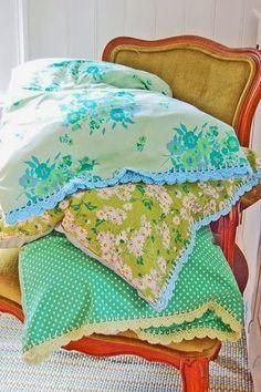 Kuva: Pinterest Pinterestistä se ajatus lähti. Näin siellä tämän ihastuttavan kuvan kasasta värikkäitä tyynyjä, joihin oli kuhunkin v...