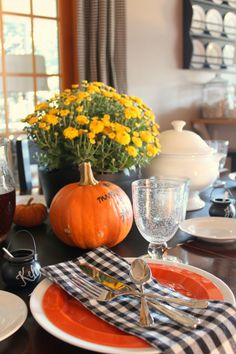 pumpkin menu, cauldrons for place cards #halloweenparty #halloweentablesetting