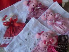 Toalhinha de boca de bebê de ótima qualidade e confeccionada com ursinho em três d, removível para facilitar a lavagem, ideal para presentear ou para complementar o enxoval do bebe, linda para levar passear com seu bebê. no ato da compra escolher a cor da toalha e do vestido. Welcome Baby, Sculpting, Toddler Towels, Kids Pillows, Animal Pillows, Towel Crafts, Fabric Dolls, Embroidered Baby Blankets, Embroidery Applique