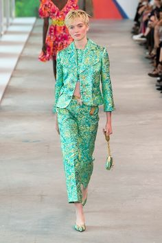 Michael Kors Collection Spring 2019 Ready-to-Wear Fashion Show : Michael Kors Collection Spring 2019 Ready-to-Wear Collection - Vogue The complete Michael Kors Collection Spring 2019 Ready-to-Wear fashion show now on Vogue Runway. Fashion Over 40, Fashion Week, Fashion Trends, Cheap Fashion, Runway Fashion, Womens Fashion Casual Summer, Black Women Fashion, Spring Summer, Summer Time