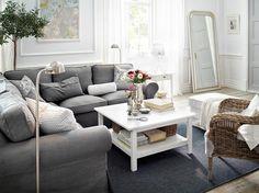 EKTORP hörnsoffa med Nordvalla grå klädsel, fotpall med Blekinge vit klädsel och HEMNES vitbetsat soffbord