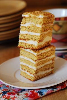 Honey cake, with cooked flour frosting – Medovik tort Pudding Cake, Banana Pudding, Fluffy Frosting Recipes, Russian Honey Cake, Romanian Desserts, Cake Recipes, Dessert Recipes, Honey Cookies, Chocolate Chip Muffins