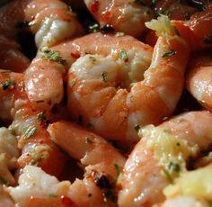 Une recette de crevettes juste marinées au citron et au gingembre... C'est parfumé et c'est light et cela peut être une recette de fêtes ou d'apéritif réussi...