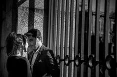 Fotografía en blanco y negro de unos novios mirándose. Fotografía realizada por Román Larrodé, en los jardines de Sabatini en Madrid - Fotógrafo de bodas en Madrid