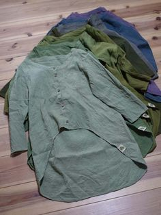 リネンウールの燕尾丈シャツです。  春に人気だったんで、長袖もつくりました。  ログウッドや桐の葉、いろんな材料で染めています。  ココナッツボタンがついています。