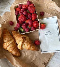 Un croissant s'il vous plait! Enjoy Your Meal, Good Food, Yummy Food, Think Food, Cafe Food, C'est Bon, Aesthetic Food, Aesthetic Photo, Food Cravings