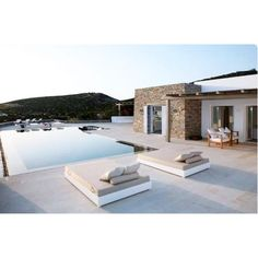 Un coin piscine apaisant avec transats blancs