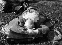 Ein Mann liegt im Gras und schläft ullstein bild - ullstein bild/Timeline Images #30er #30s #daydreams #entspannen #relax #enjoy #sleep #schlafen #tagträumen #Tagträumer #träumen #Sonne #Sommer #Nickerchen #nap #Mann #Menschen #Wiese