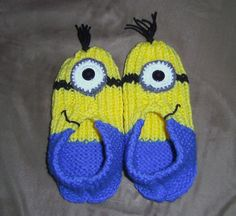 Using 2 colors instead of one, and a couple of clever accessories, a simple knitted slipper pattern becomes a pair of minions! Loom Knitting, Knitting Socks, Knitting Patterns Free, Free Knitting, Baby Knitting, Crochet Patterns, Knifty Knitter, Knit Slippers Free Pattern, Crochet Slipper Pattern
