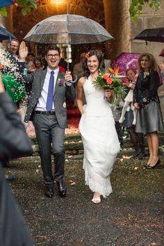 Photographie de mariage : la sortie de l'église sous la pluie