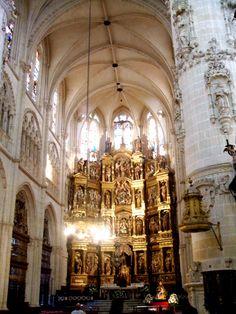 """Catedral de Santa María. Burgos, siglo XIII. Altar situado en la cabecera, reformada por el """"maestro Enrique"""", quien la dotó de gran profundidad. Este es un hecho que afectaría a la ubicación del coro."""