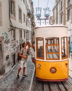 Do you want to know how to get photos with these trams? Without asking the driver to stop? Here is the ti Couple Photography Poses, Travel Photography, Eurotrip, Couple Fotos, San Francisco Pictures, Portugal Travel, Travel Couple, Couple Pictures, The Places Youll Go