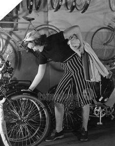 Fahrradmode - Schwarz-weiß gestreifte Fahrradhose bis zum Knie ullstein bild - Regine Relang/Timeline Images