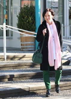 Transitional look with green trousers and light spring colours | Lady of Style