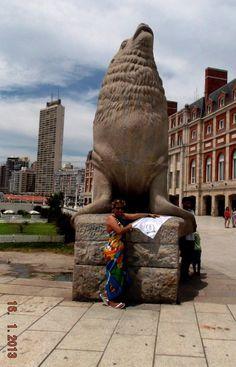 LACOTEC en Mar del Plata (Argentina): El Monumento al Lobo Marino, es el símbolo indiscutible de la ciudad balnearia de Mar del Plata. La escultura consta de dos figuras realizadas en piedra de la zona por el escultor argentino Jose Fioravanti. Las esculturas se encuentran emplazadas en la Plazoleta de la Armada Argentina.