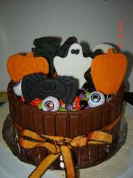 Halloween Cake Chocolate Cake with kit-kat's and fondant halloween cut outs. Halloween Goodies, Halloween Cakes, Halloween Treats, Halloween Cut Outs, Halloween 1, Fall Recipes, Chocolate Cake, Cake Decorating, Sweet Tooth
