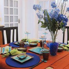 E esta mesa pra sushi? Adoro cores vibrantes!!! E lindos arranjos para enriquecerem suas mesas também estão sendo feitos por nós. Idealizamos e produzimos capa para sousplat,  guardanapo, porta guardanapo, trilhos de mesa, toalhas de mesa, arranjo floral,  capa para almofada, jogo americano, cestinhas, cortinas,  capa para puff