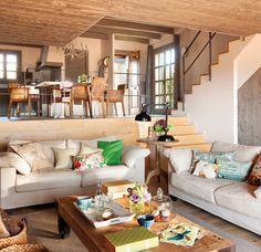 Madera omnipresente  Techo y suelos de madera dan calidez a la casa también en invierno.