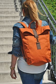 The shoulder bag is sporty, cool and casual, and can be virtually converted into a backpack. The bag is made from waxed canvas and oiled leather. The material is water resistant and it gets. Diy Backpack, Rucksack Backpack, Canvas Backpack, Leather Backpack, Notebook Bag, Diy Handbag, Tote Bags, Linen Bag, Fabric Bags