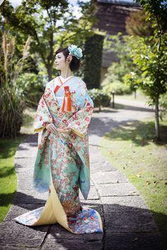 CUCURU 加賀調懸崖椿菊 椿と菊、梅、桜と楓 、そして御所車の柄が格調高い色打掛 小物などは強めのお色味を合わせるとぐっと引き締まります 。