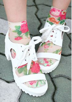 Flowery ankle-hi's with platform sandals. Very pretty! 80s Womens Fashion, 70s Fashion, Socks And Sandals, Pumped Up Kicks, Cool Socks, Tight Leggings, Classy And Fabulous, White Shoes, Sock Shoes