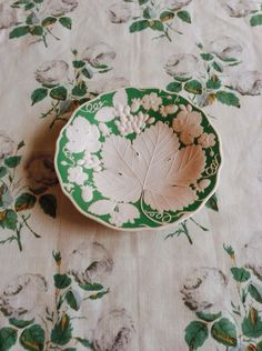 green white : floral : Bowood fabric & a lovely dish Shades Of Green, Pink And Green, Green Grape, Kelly Green, Ivy House, Deco Design, Of Wallpaper, Textures Patterns, Decoration