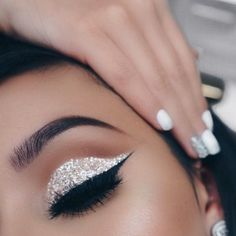 Pageant and Prom Makeup Inspiration. Find more beautiful makeup looks with Pagea. - Summer Make-Up Silver Glitter Eye Makeup, Glitter Make Up, Sparkle Makeup, White Glitter, Sparkles Glitter, White Eye Makeup, Eye Makeup For Prom, Glitter Force, Silver Eyeshadow Looks