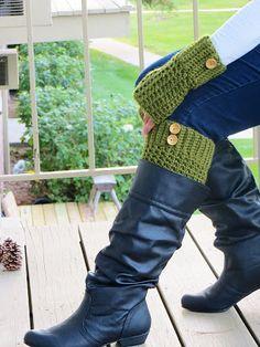 Crochet Dreamz: Brooklyn Fingerless Mitts or Wrist Warmers, Free Crochet Pattern (linked to matching boot cuff pattern! Crochet Leg Warmers, Crochet Boot Cuffs, Crochet Boots, Crochet Gloves, Crochet Slippers, Crochet Scarves, Mode Crochet, Crochet Gratis, Josie Loves