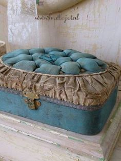 fabric box with tufted top in aqua. Would look great at the end of my bed. Vintage Box, Vintage Shabby Chic, Vintage Decor, Vintage Sewing, Fabric Covered Boxes, Fabric Boxes, Old Boxes, Antique Boxes, Rose Bonbon