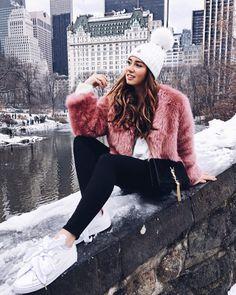 NYC Outfits, rosa Fellweste, weiße Bommenmütze, schwarze Hose, weiße Sneakers