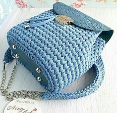 Uma bolsa crochê azul estilosa para compartilhamento das amigas do croche. Diy Crochet Slippers, Diy Crochet Bag, Crochet Bag Tutorials, Crochet Crafts, Chunky Knitting Patterns, Crochet Patterns, Crochet Backpack Pattern, Cute Friendship Bracelets, Yarn Bag