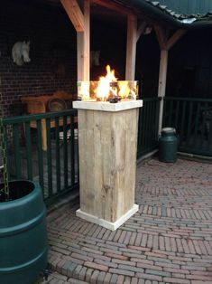 Een vuurtafel op gas in de vorm van een vuurzuil/vuurpilaar.  Een ideale terrasverwarmer en sfeermaker. De vuurzuil is voorzien van een RVS inbouw brander. De RVS brander werkt op gas. Vuur-tafel nl maakt alles op maat. Zowel de inbouw brander als de zuil. Diy Fire Pit, Small Urban Garden, Outdoor Decor, Wood, Diy Outdoor Wood Projects, Wood Pallets, Garden Chic, Wood Projects, Outdoor Living