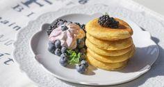 Preparate la composta di more, facendole cuocere in un padellino per 5 minuti con lo zucchero, fino ad ottenere una salsa sciropposa e densa; lasciatela raffreddare e amalgamatela allo yogurt greco. Conservatela in frigo fino al momento di servire.