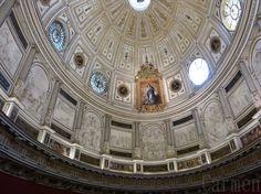 La salle capitulaire de la cathédrale de Séville est une spectaculaire pièce ovale de style Renaissance. Elle est couverte d'une coupole elliptique décorée de moulures, de lucarnes rondes et de tableaux de Murillo.