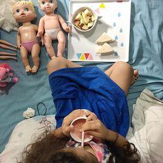 Bom dia!!!! A febre apareceu na madrugada chegou a 38.9 e medicá-la desta vez foi mais tranquilo UFAAAAA!  Às 8 da manhã partimos pra sétima dose do antibiótico! Cada dose é um avanço e um alívio!    Dei opções pra ela para o #CaféDaManhã e ela escolheu tudo o que queria comer. Está comendo bem devagar na quantidade que ela quer assim evitamos os possíveis vômitos. O importante agora é ela ter energia e se hidratar! Suas escolhas:    pão com requeijão;  suco de morango com biomassa;  maçã…
