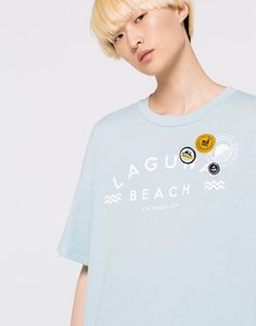 :T-SHIRT WITH PATCHES AND BADGES