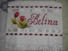 Toalha pintada à mão com acabamento em bordado inglês e passa-fita