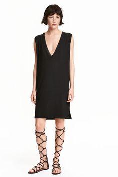Kleid mit V-Ausschnitt: Kurzes, ärmelloses Kleid aus weichem Viskosejersey. Modell mit tiefem V-Ausschnitt und Rippenbündchen an…